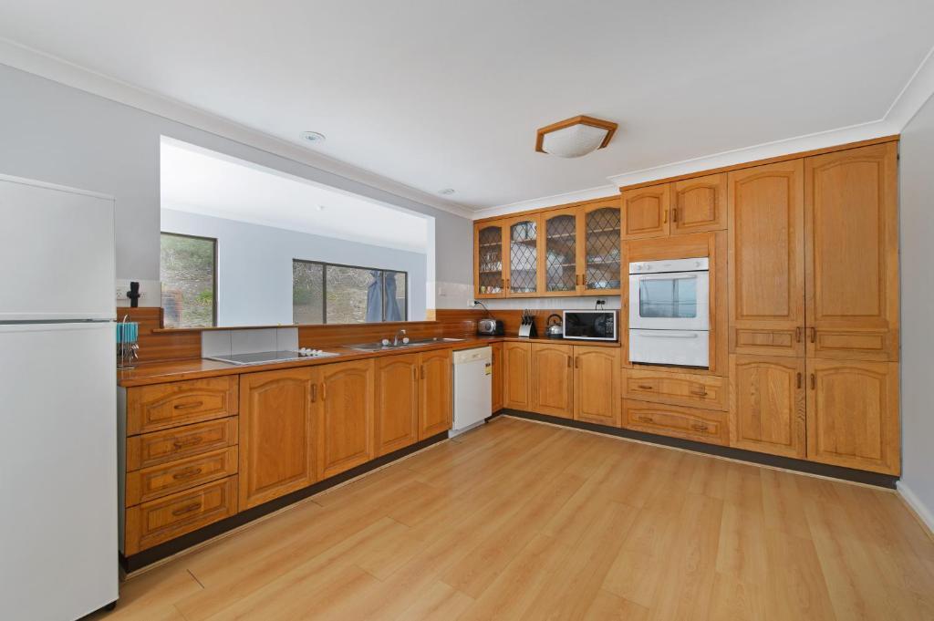 A kitchen or kitchenette at Malibu Holiday House, 6 Dulconghi Street