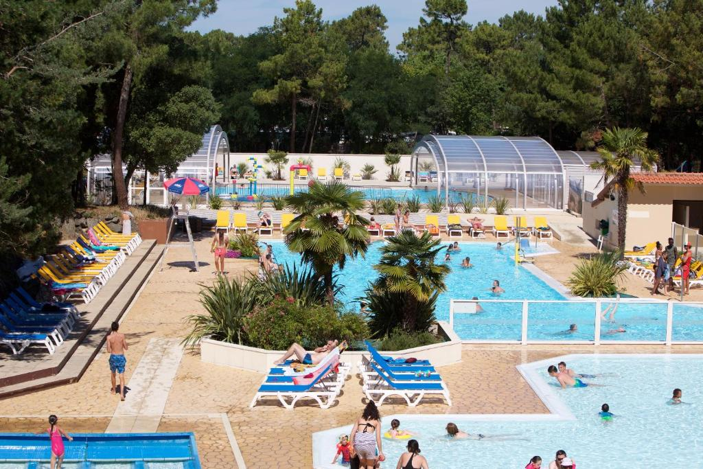 A view of the pool at Camping Officiel Siblu Le Bois Dormant or nearby