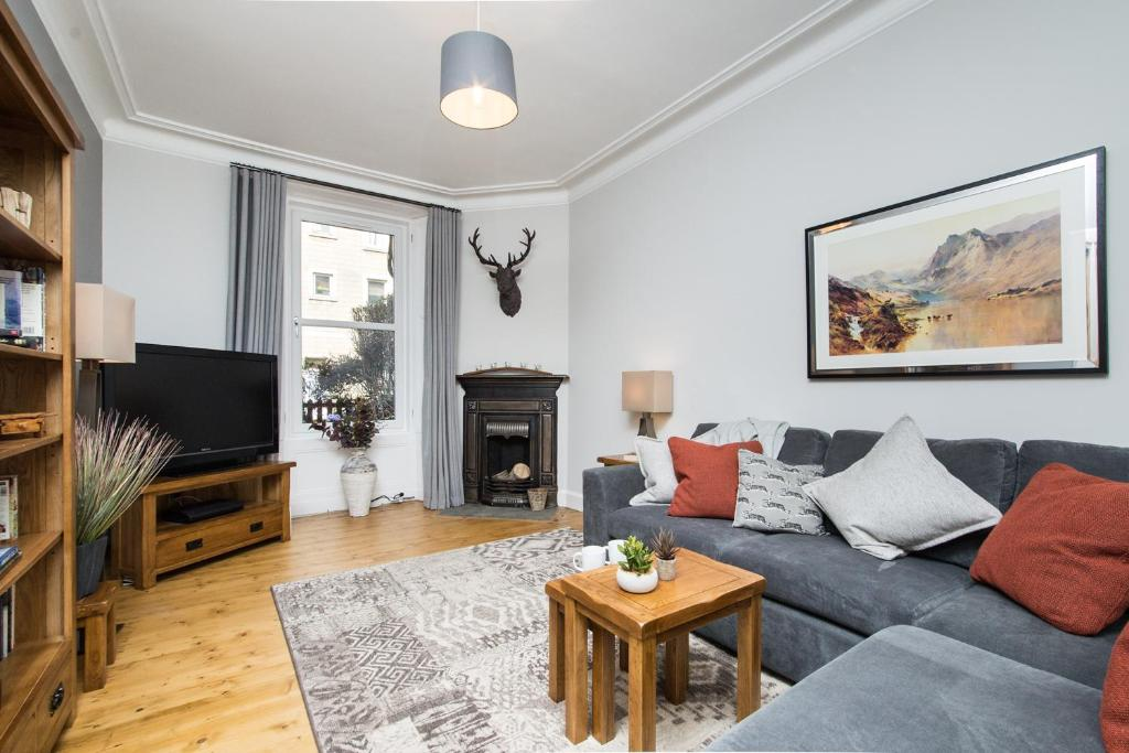 A seating area at Beautiful, Traditional 2 Bedroom Main Door Flat