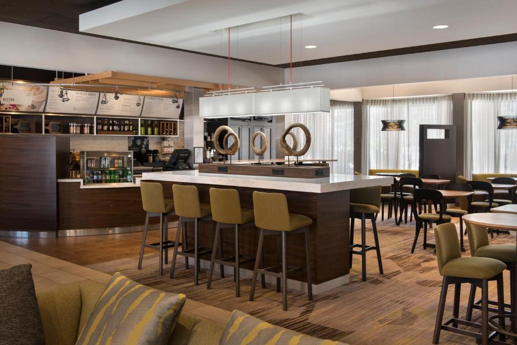 The lounge or bar area at Courtyard by Marriott Boston Norwood/Canton
