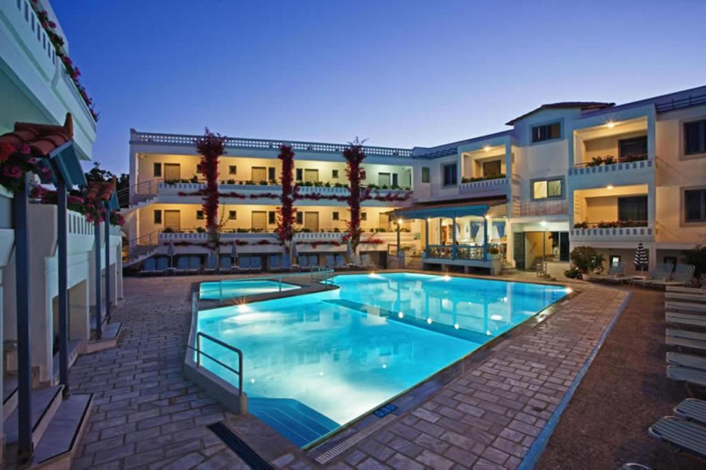 Der Swimmingpool an oder in der Nähe von Ariadne Hotel