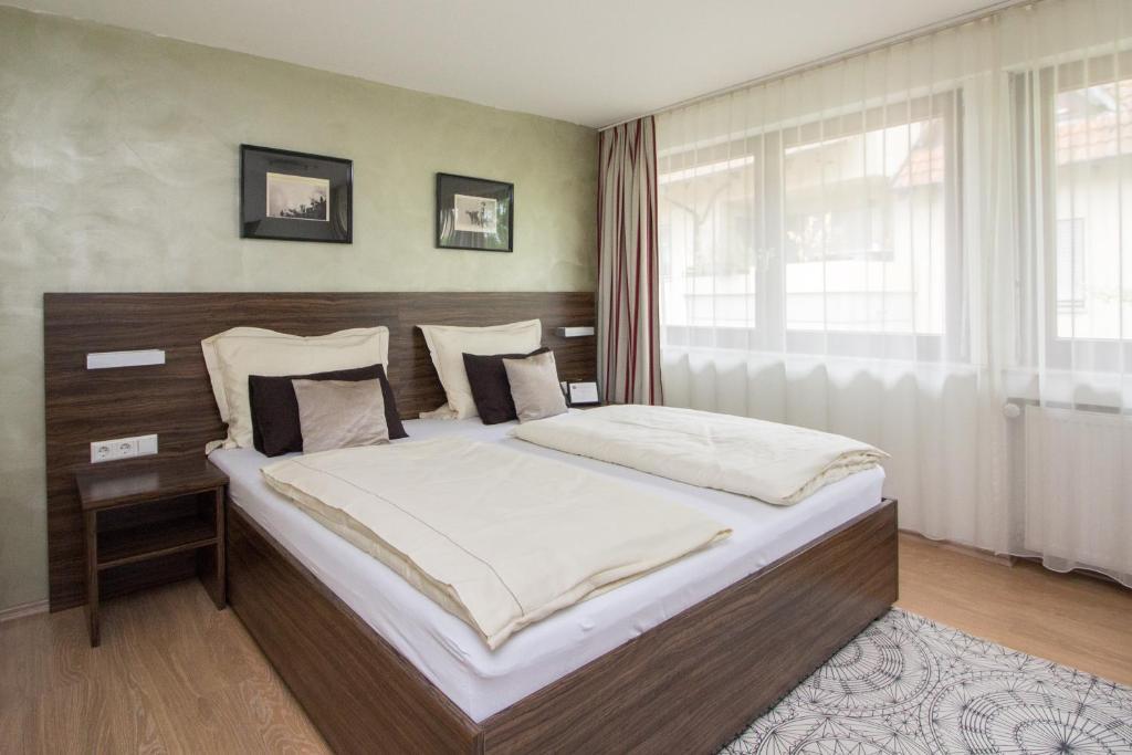 Ein Bett oder Betten in einem Zimmer der Unterkunft Landhotel Wolfschlugen