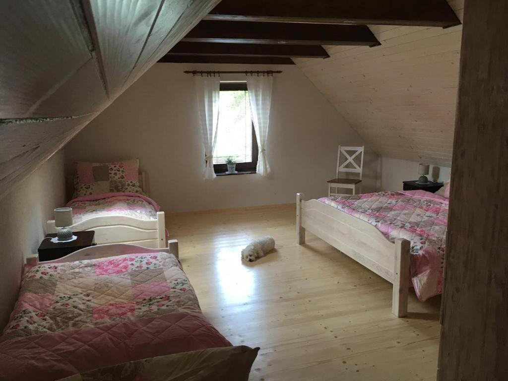 Postel nebo postele na pokoji v ubytování Chalúpka Emily