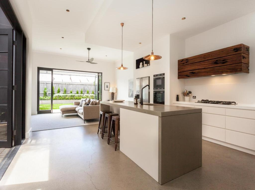 A kitchen or kitchenette at BRONTE SANDS (H695)-L'Abode Accommodation