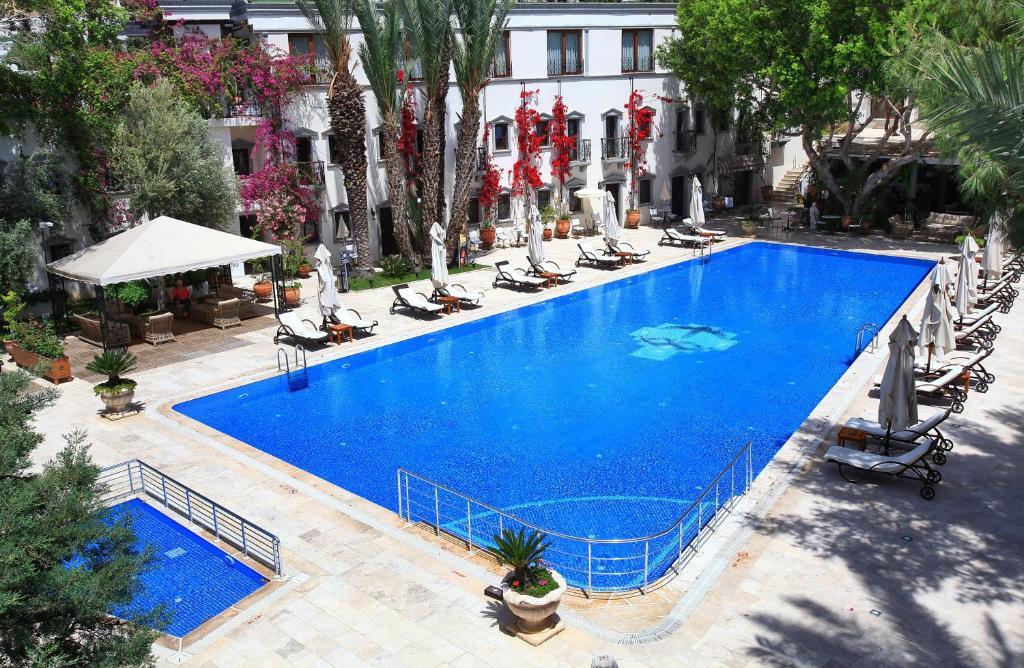 المسبح في DoubleTree by Hilton Bodrum Marina Vista أو بالجوار