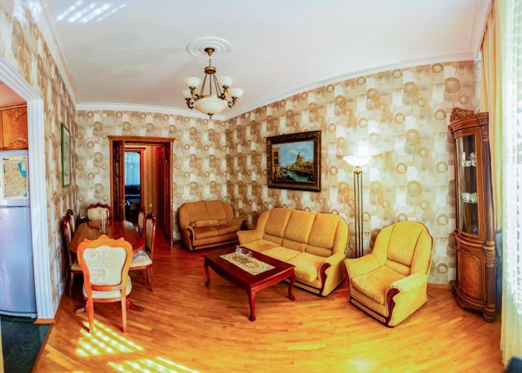 Uma área de estar em Elvin's Luxury Apartment