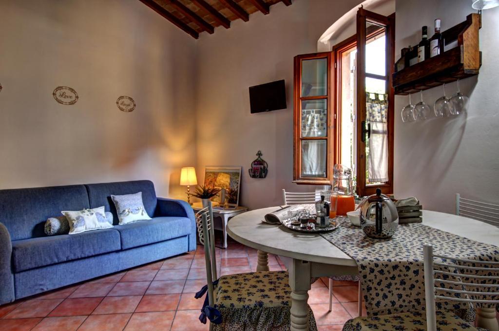 Uma área de estar em Duccio's apartments