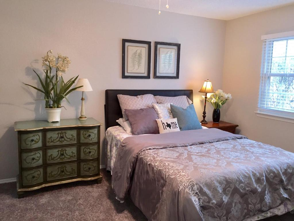 A bed or beds in a room at Jane's house in Rockwall