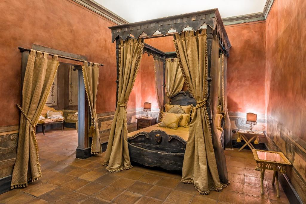 Letto o letti in una camera di Castello di Limatola