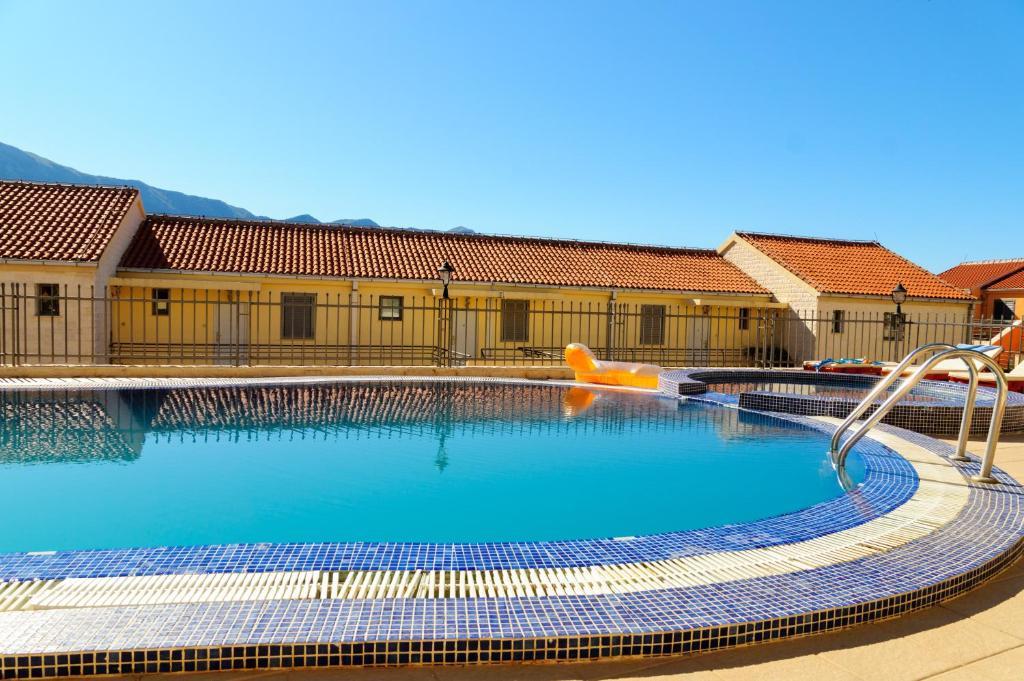 Аппартаменты с бассейном в черногории недвижимость в дубае коммерческая