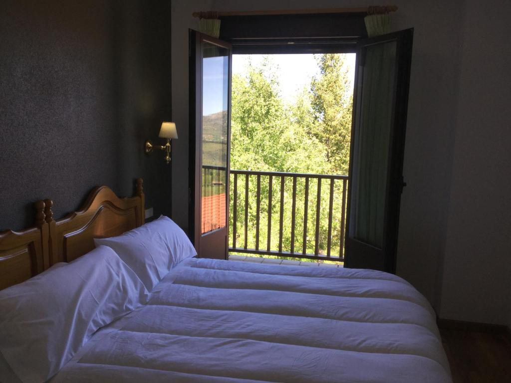 A bed or beds in a room at Hotel Cinco Castaños