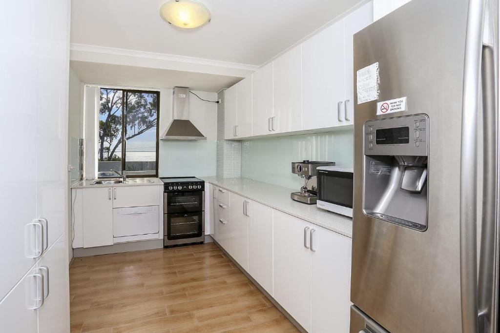 A kitchen or kitchenette at Soldiers Point Paradise!