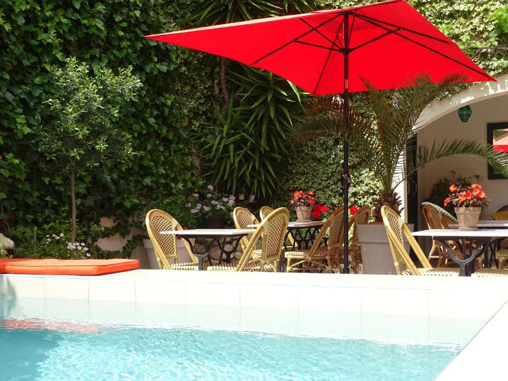 The swimming pool at or near Chambres d'hôtes Belle Vigneronne