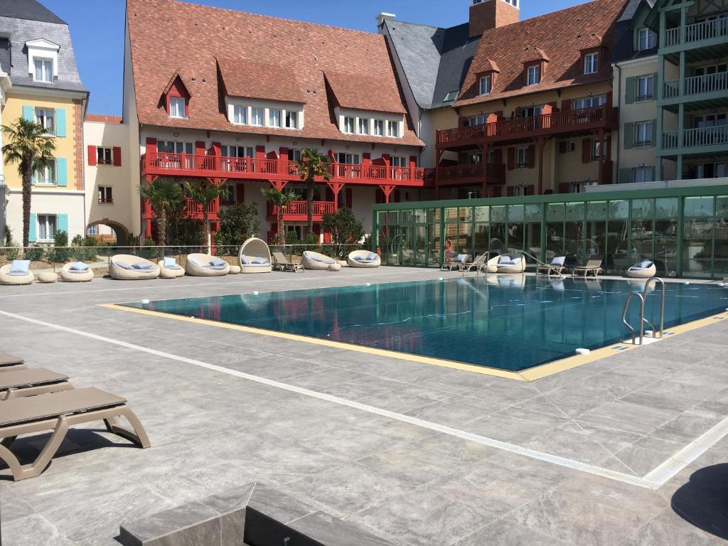 The swimming pool at or near Cyrille et Vacances Presqu'ile de la Touques