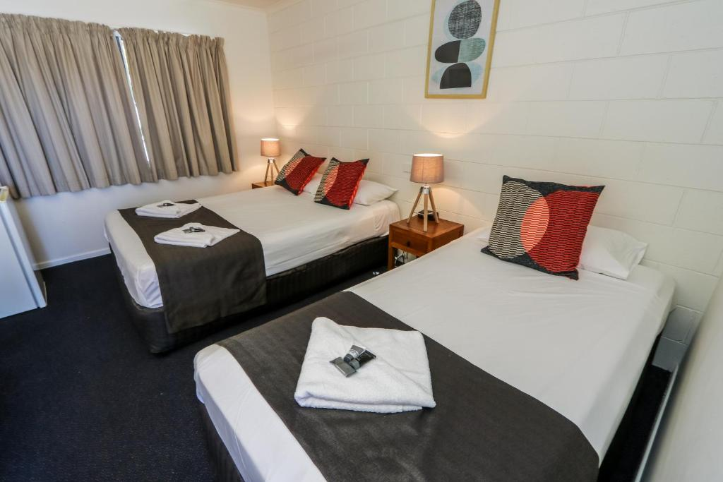 A bed or beds in a room at Miriam Vale Motel