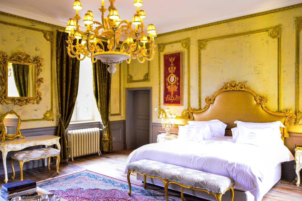 A bed or beds in a room at Chateau d'Origny