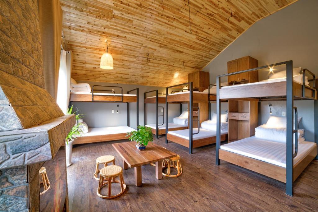 Giường tầng trong phòng chung tại Lustig Hostel