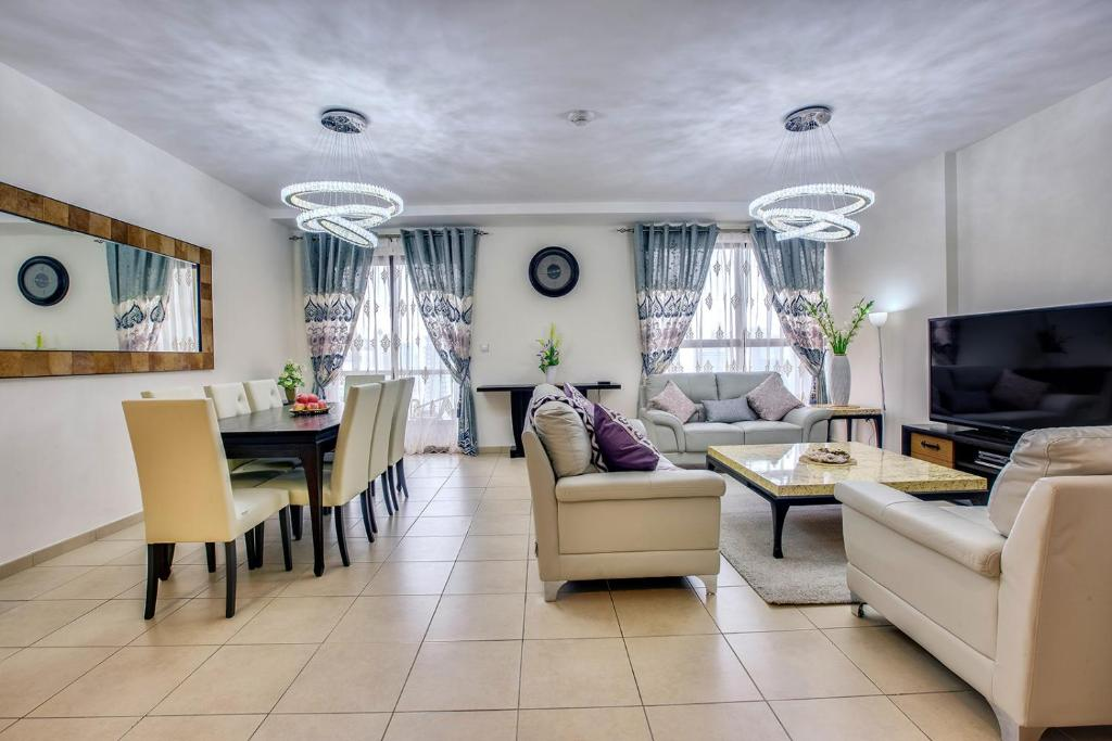A seating area at Apricus Holiday Homes - Spacious Apartment in Murjan JBR near the beach