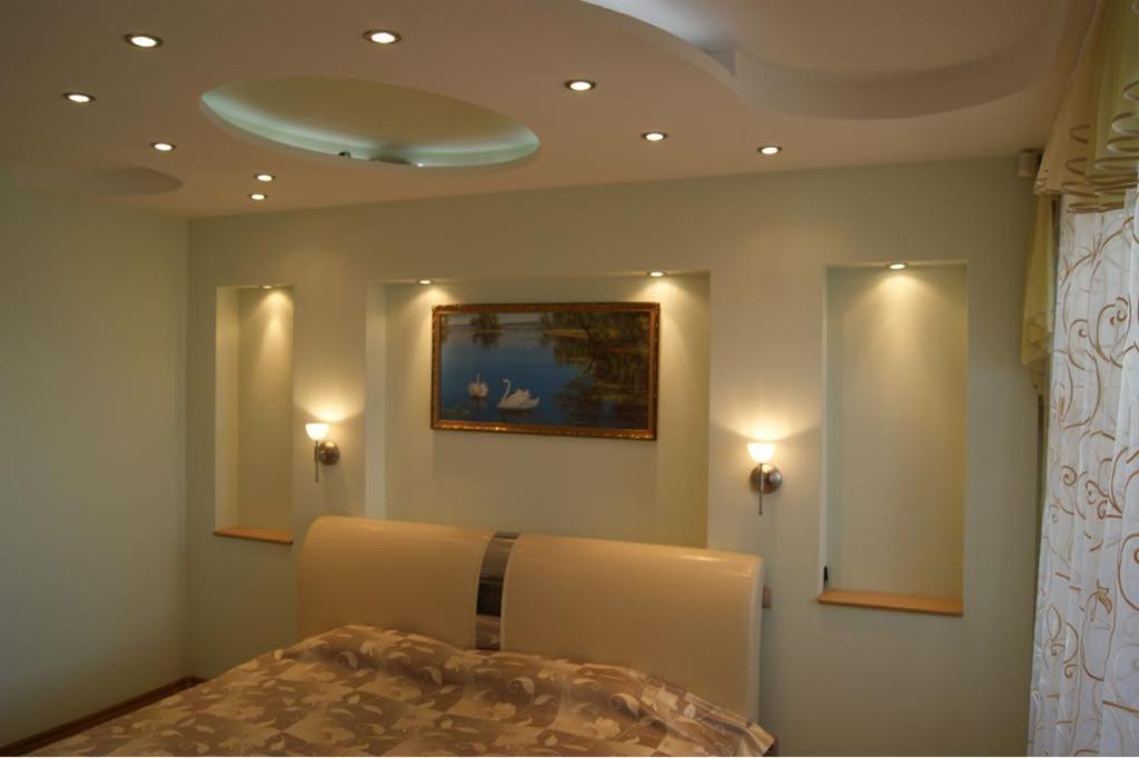 A bed or beds in a room at комфортная квартира на 40-летии Победы