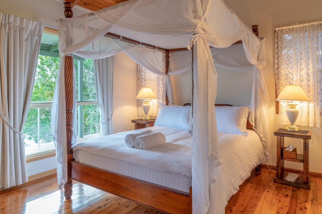 A bed or beds in a room at Pencil Creek Cottages