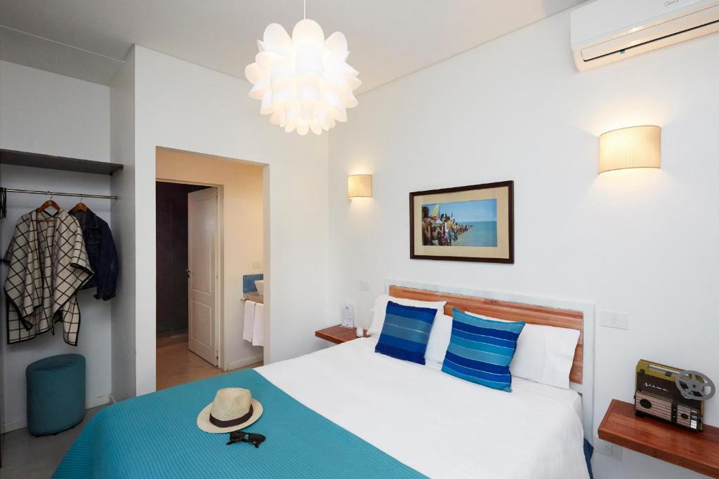 Una cama o camas en una habitación de L'Adresse Hôtel Boutique