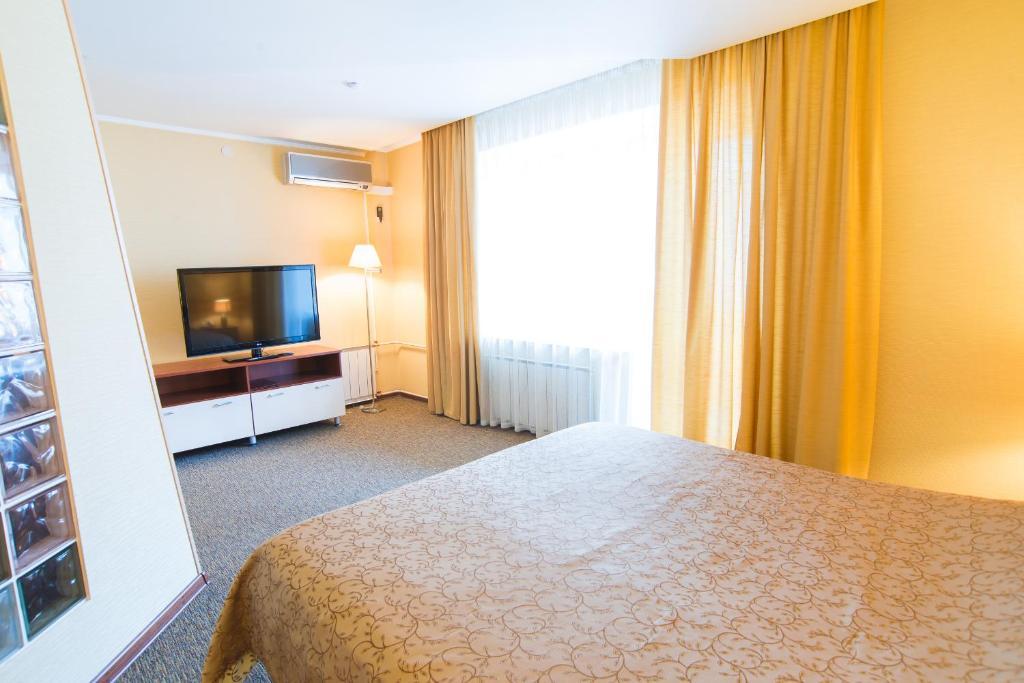 Телевизор и/или развлекательный центр в Suite Hotel