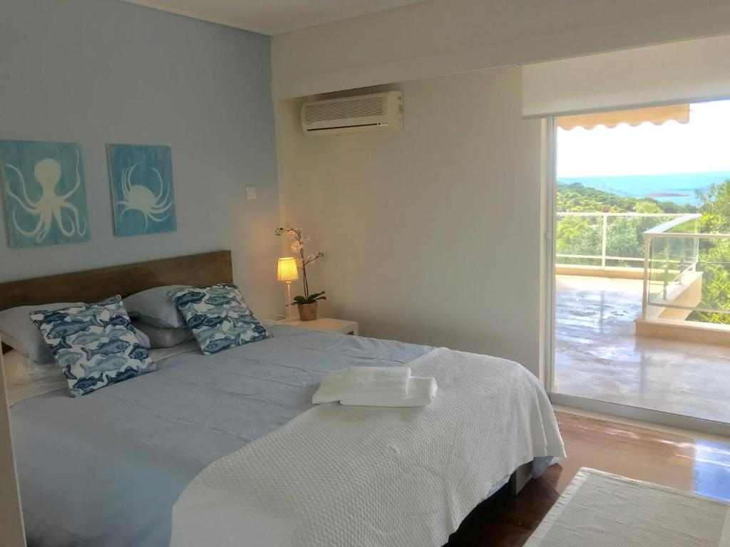 A bed or beds in a room at Vouliagmeni Sea and Sun Apartment