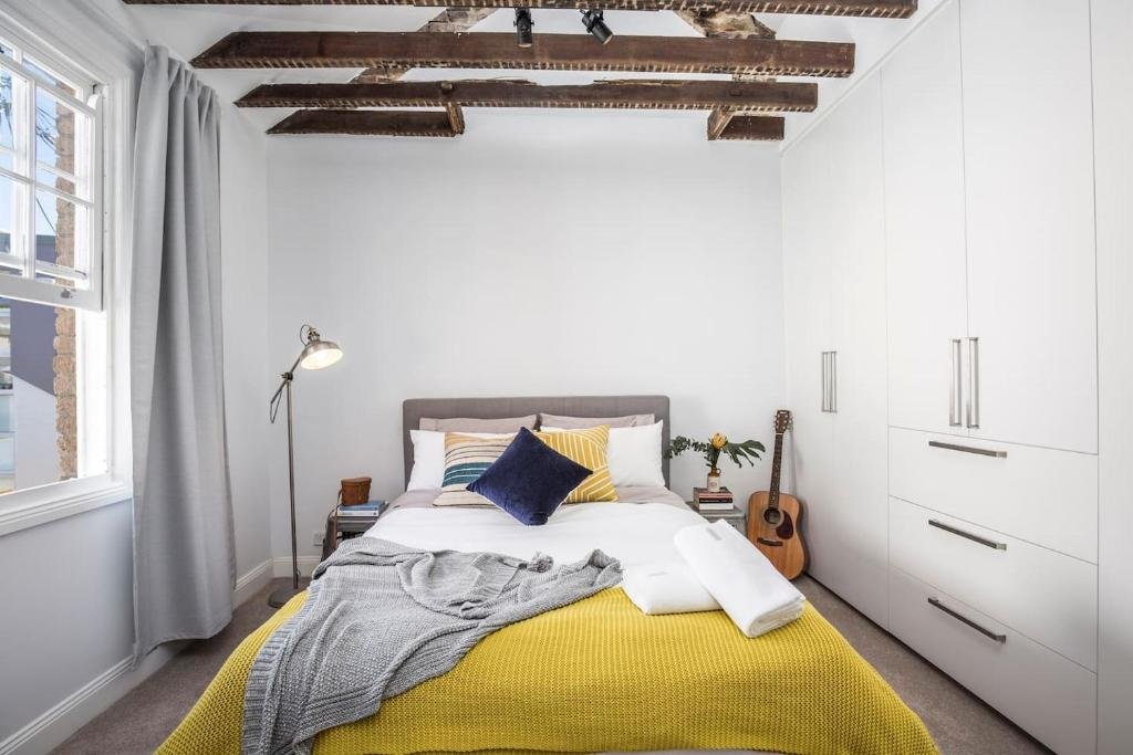 A bed or beds in a room at 19th Century Darlinghurst /Sydney 2 Storey Cottage