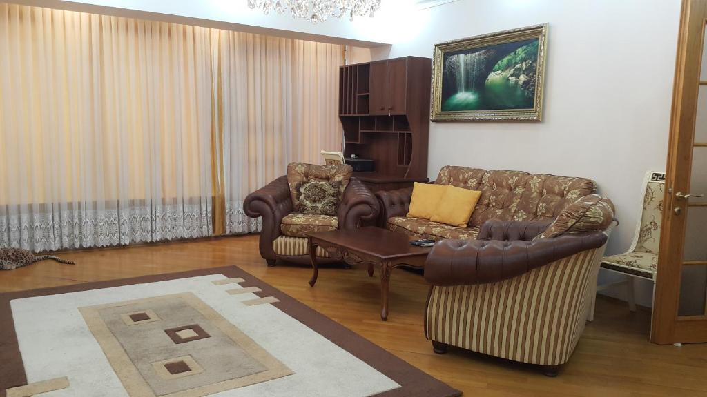 Uma área de estar em Apartment on Nariman Narimanov 125
