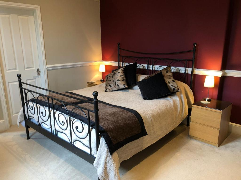 A bed or beds in a room at Red Kite House