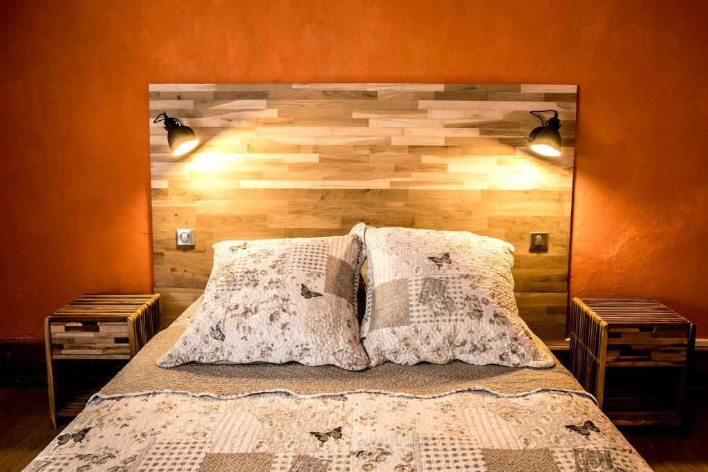 A bed or beds in a room at Emeline