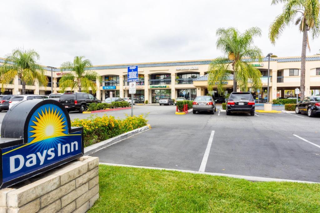 Days Inn & Suites by Wyndham Artesia.
