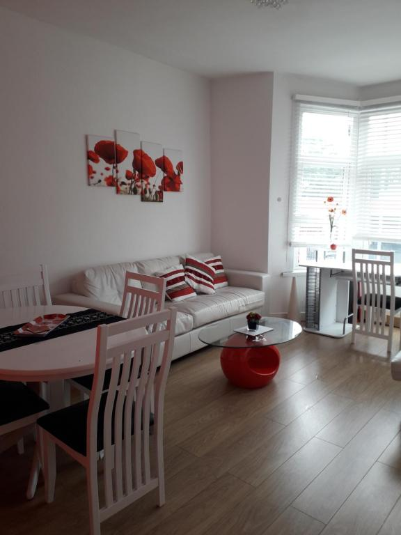 A seating area at Walthamstow Apartment Stay, Near Central London