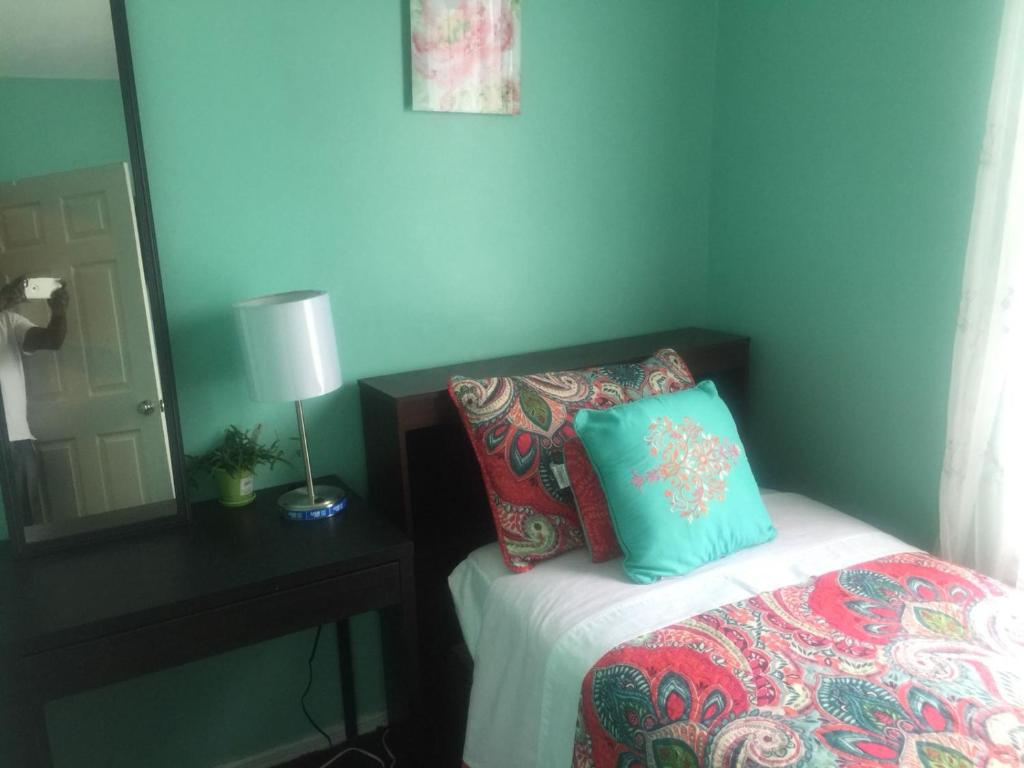 A bed or beds in a room at Guest house 5 min. from JFK