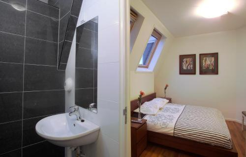 A bathroom at DV Groep Bed & Breakfast
