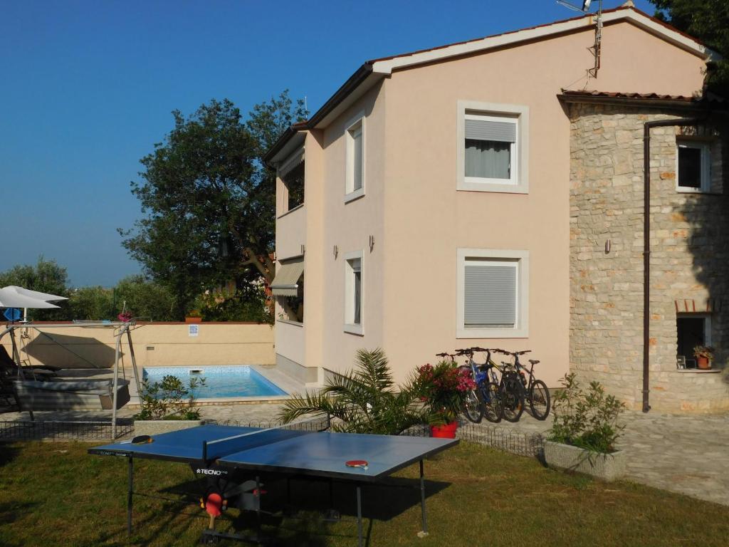 Ping-pong facilities at Family villa Oaza in Pula or nearby