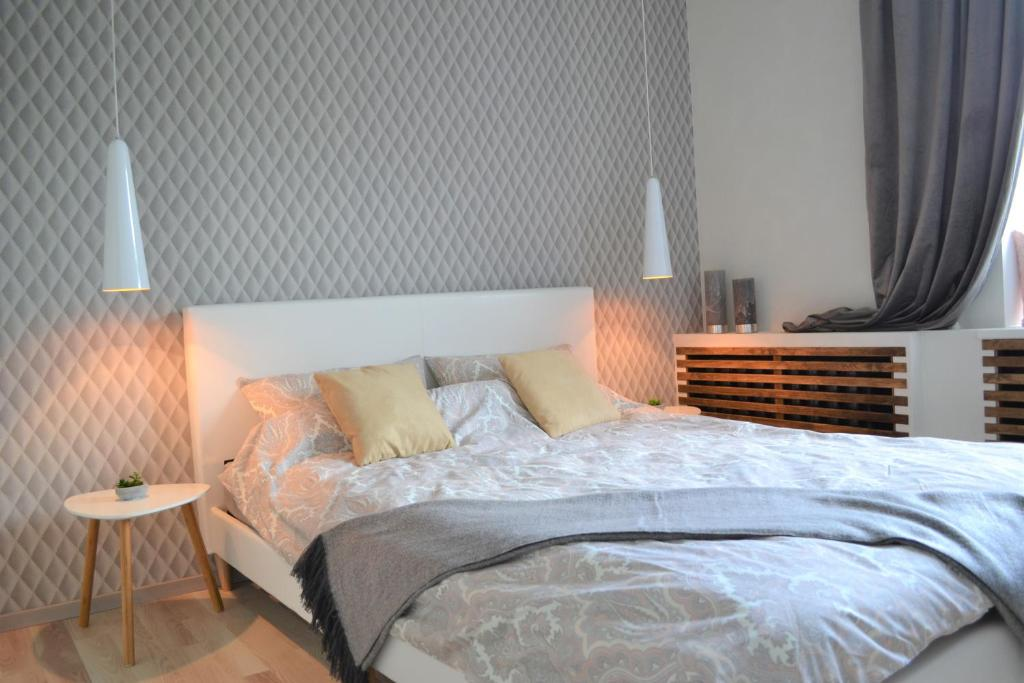 A bed or beds in a room at Vee 4 City Center Apartment