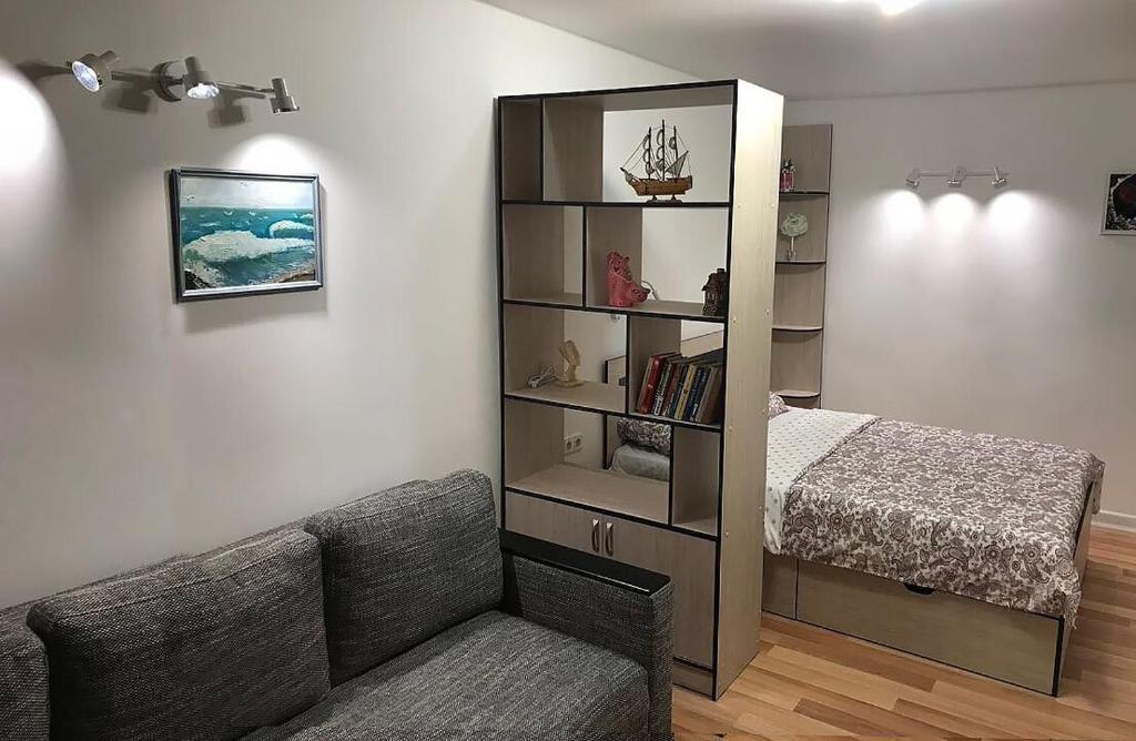 A seating area at Apartment on Meretskova-Volosova
