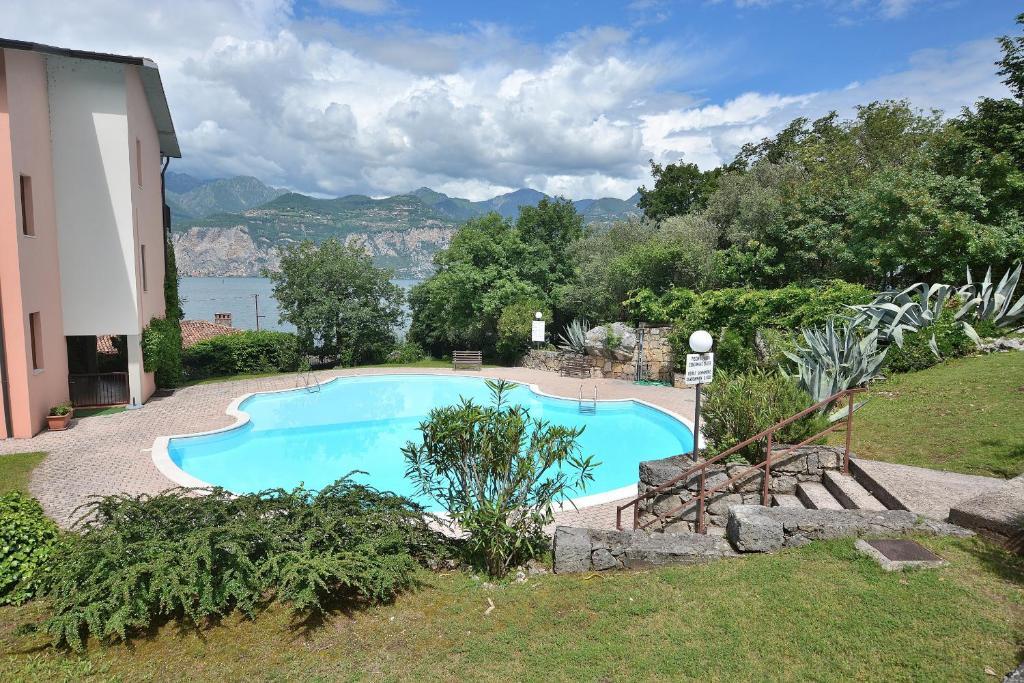 Vista sulla piscina di Residenza Candor o su una piscina nei dintorni