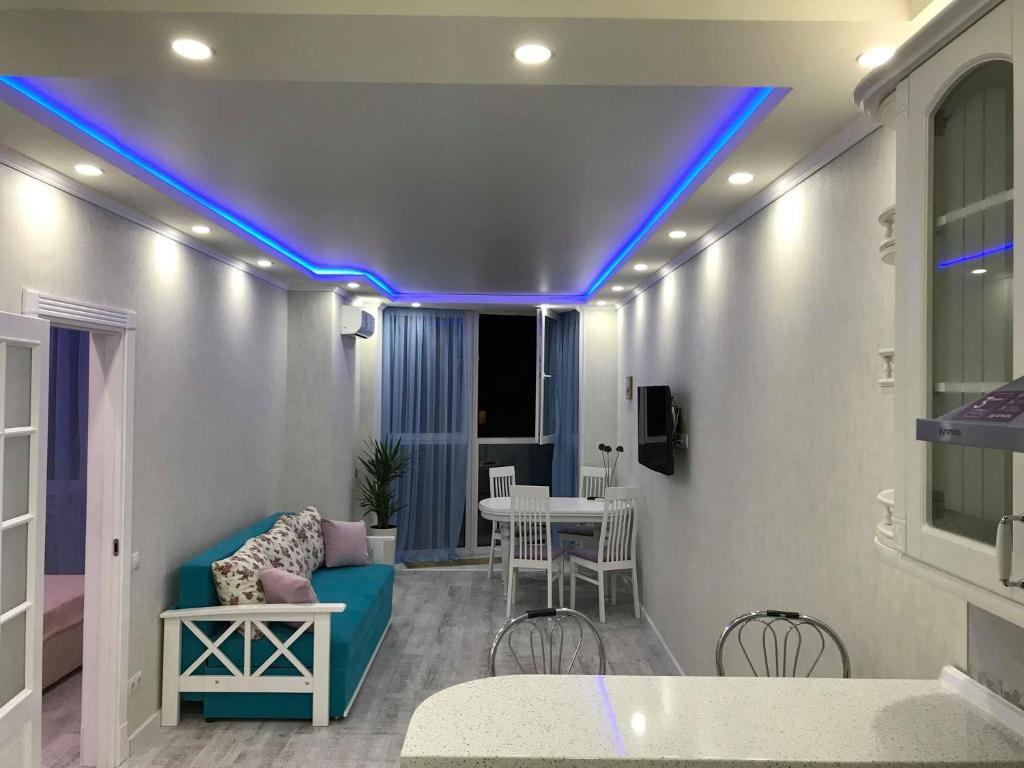 Зона вітальні в Luxe Apartment on Drahomanova