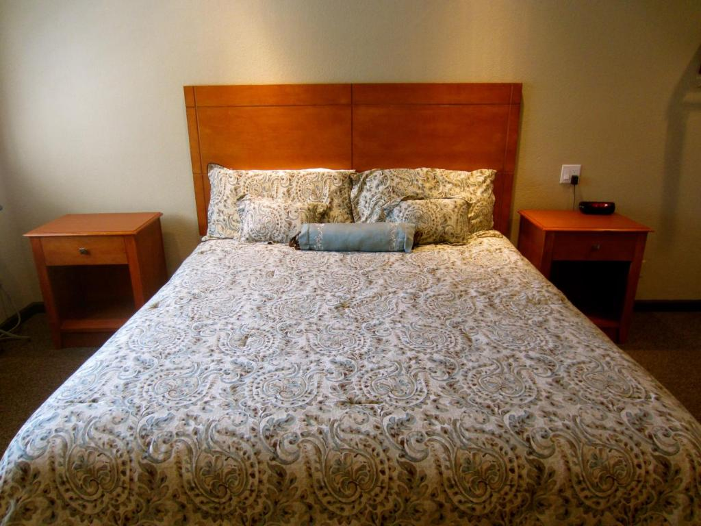 A bed or beds in a room at Deluxe Inn Redwood City