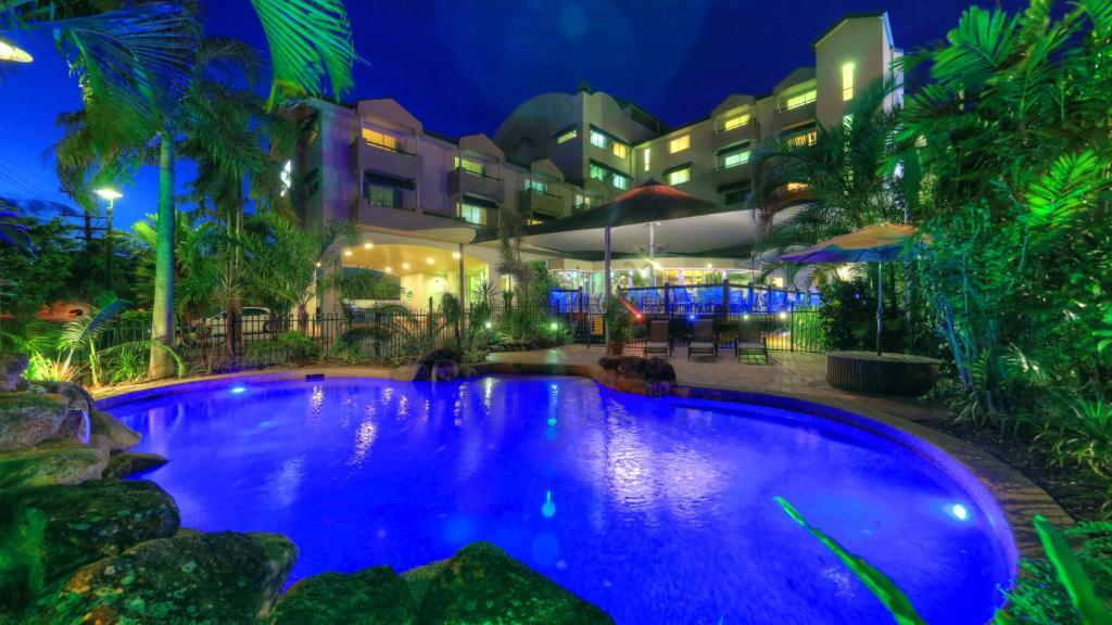 Бассейн в Cairns Sheridan Hotel или поблизости