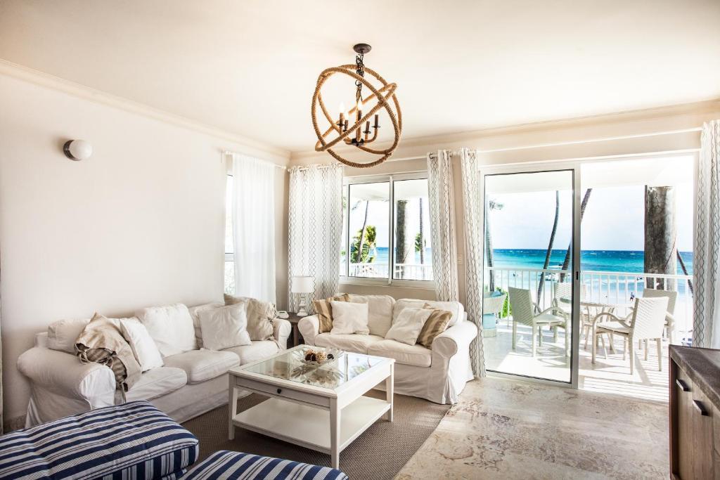 A seating area at Playa Turquesa Ocean Club