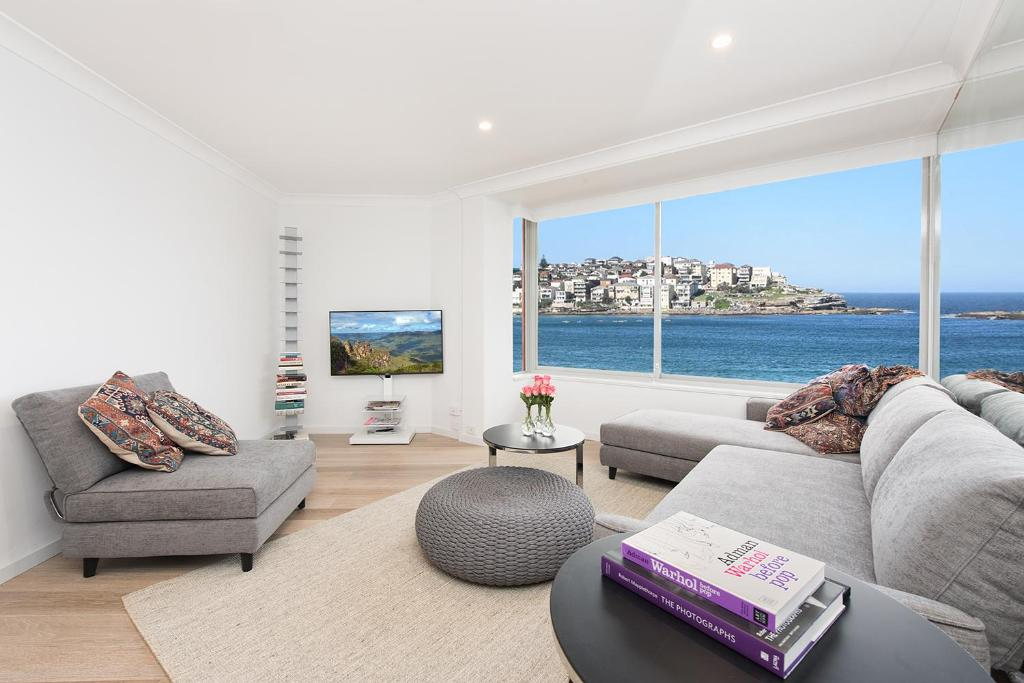 A seating area at Right on Bondi