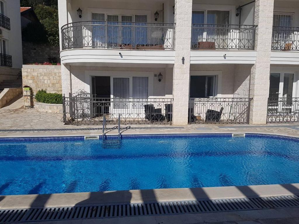 Аппартаменты с бассейном в черногории налог на недвижимость в болгарии