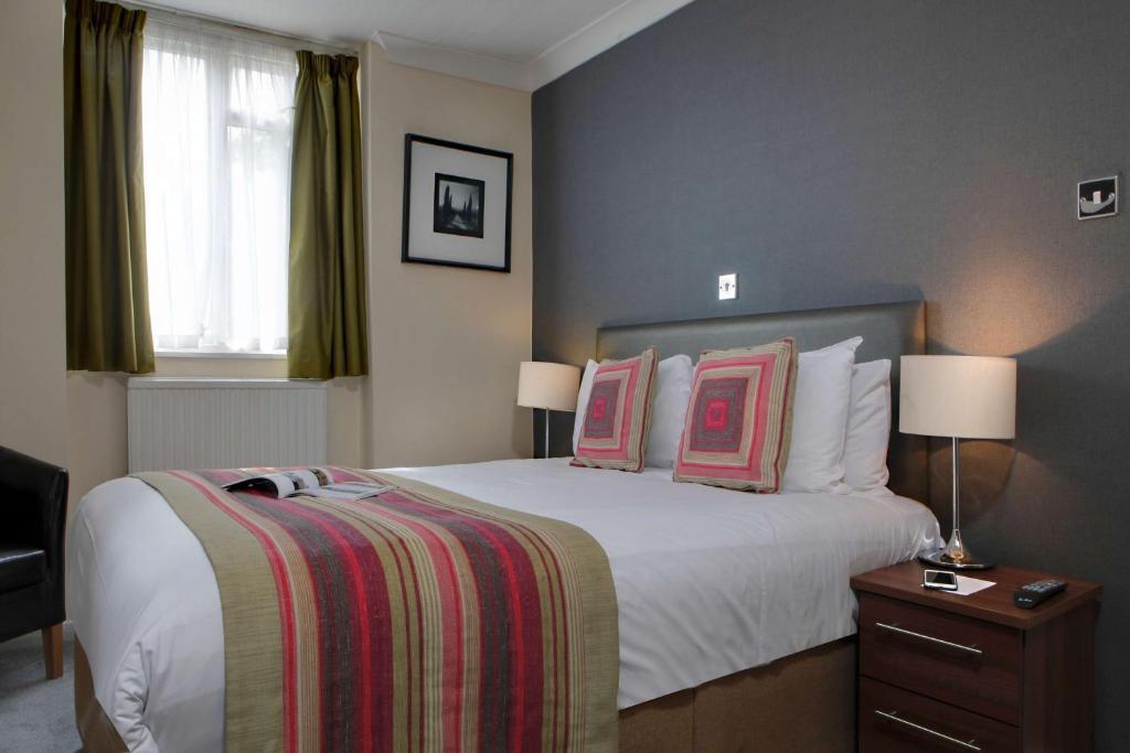 Un ou plusieurs lits dans un hébergement de l'établissement Best Western Burns Hotel Kensington