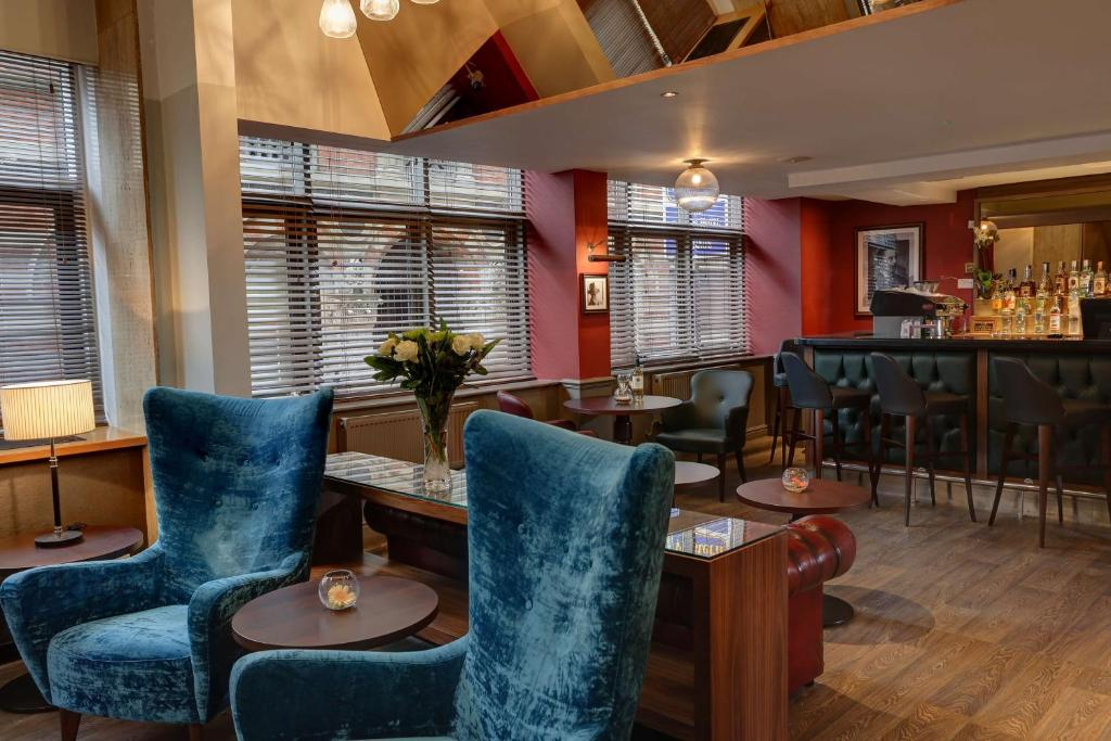 The lounge or bar area at Best Western Sheffield City Centre Cutlers Hotel