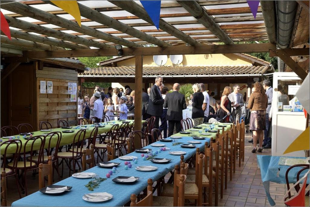A restaurant or other place to eat at Camping l'Oasis