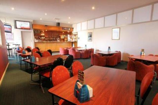 A restaurant or other place to eat at Heemskirk Motor Hotel