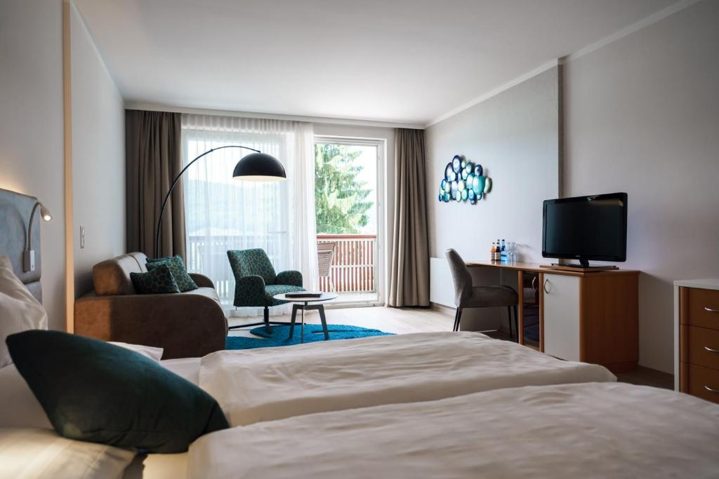 A television and/or entertainment center at Seehotel Vinzenz
